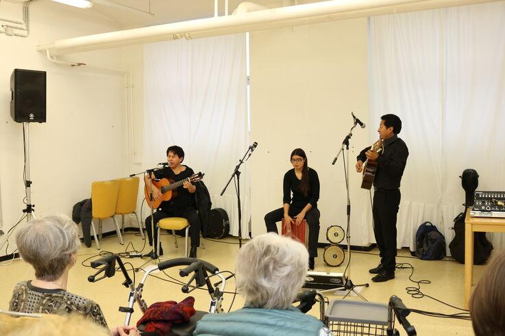 KundInnen der Tageszentren beim Konzertbesuch in einer Flüchtlingsunterkunft (Bild: FSW)