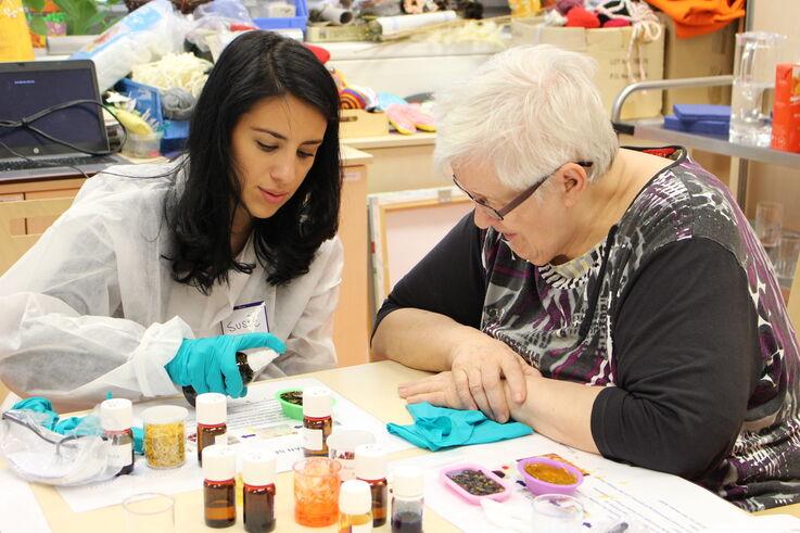 Seniorin bei der Seifenproduktion (Bild: FSW)